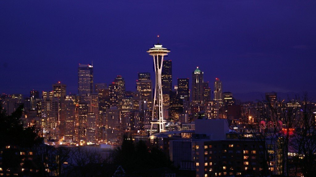 a picture of seattle at night