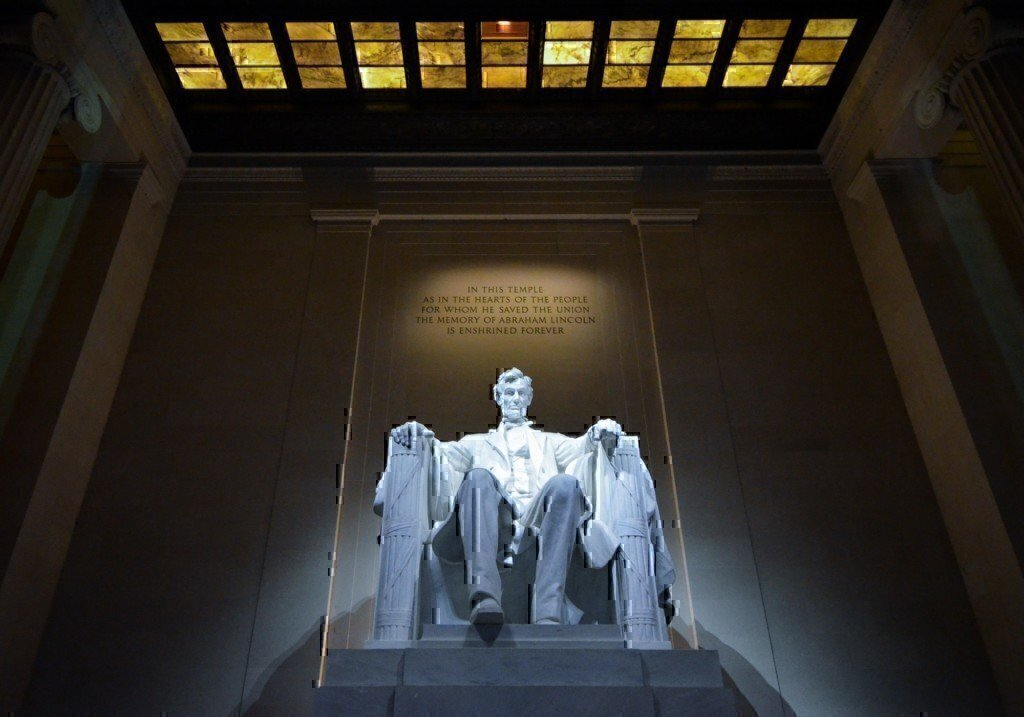a picture of an abraham lincoln statue