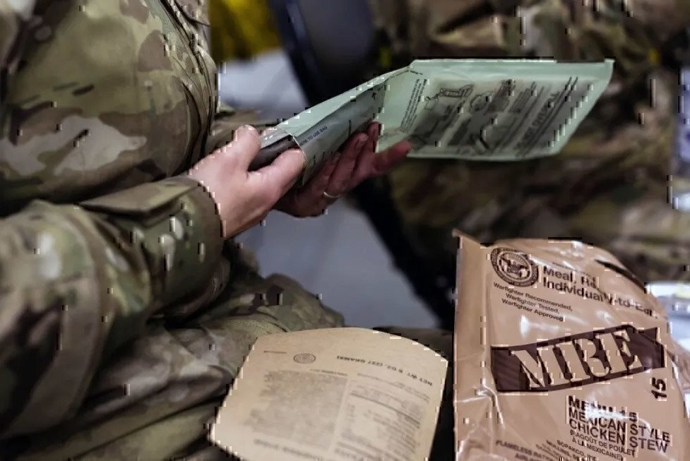 soldier-cooking-an-mre