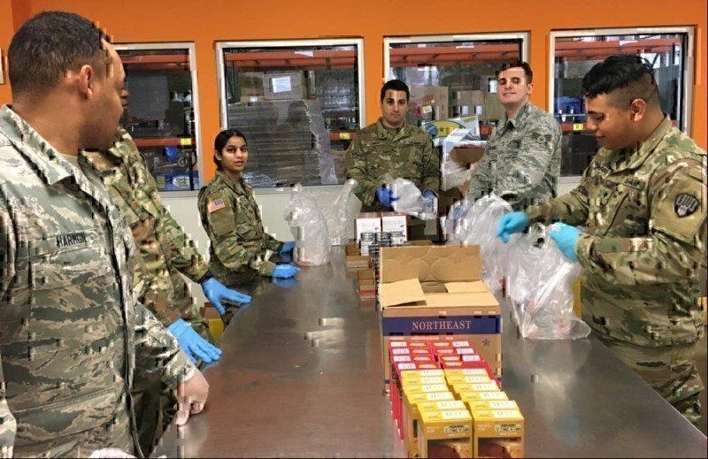 national-guardsmen-pack-food